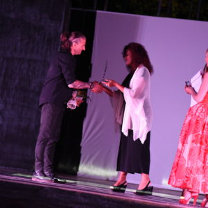 premio DanzArenzano media show al maestro Stefano Forti ricevuto dall Assessore Giovanna Damonte del comune di Arenzano